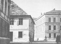 Budova tzv. staré školy - první sídlo městské knihovny v letech 1920 - 1922 (vlevo) - budova obecné školy - pozdější sídlo KKD od 2003 (vpravo)