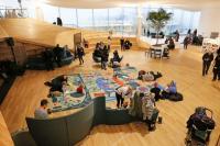Centrální knihovna Oodi v Helsinkách, vstupní hala (Zdroj: ALA architects, foto Risto Rimppi Oodi Helsinki Central Library)