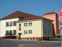 Budova městské knihovny je součáastí školy a má ideální polohu v centru města