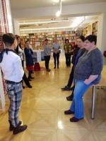 Členové výboru komise při exkurzi v knihovně Moravské galerie