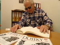 Časopis Doteky, vydává LORM ve zvětšeném černotisku, Braillově písmu i jako zvukovou nahrávku ve formátu