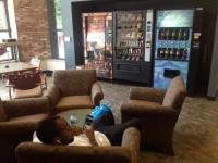 Cuyahoga County Public Library - pohodlné sezení, automaty na občerstvení