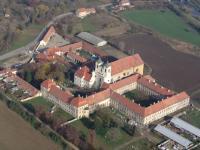 Pohled na rajhradský klášter jako sídlo Památníku písemnictví na Moravě a také Centrální knihovny Muzea Brněnska