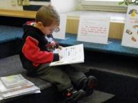 Zaujatý čtenář v dětském oddělení KFBZ