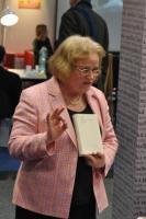 Paní Sabine Gruša prezentuje nově vydanou knihu
