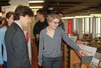 Velvyslanec spolu s vedoucí Zahraničních knihoven Bc. Evou Fukarovou, zdroj: archiv Amerického centra Praha a MZK