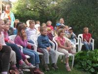 Dětští diváci při vystoupení Divadla Koráb na zahradě Mahenova památníku