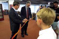 Ředitel MZK a Velvyslanec Španělska v České republice přestřihují pásku