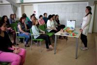 Mgr. Heda Lišková představuje doma vyráběné hračky v duchu Montessori pedagogiky, autor fotografie: Mgr. Barbora Linková