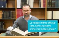 """Jaká je běžná pracovní náplň Jiřího Dufky z oddělení rukopisů a starých tisků a na jaká """"zapovězená"""" místa má se svými kolegy přístup Dovíte se v seriálu."""