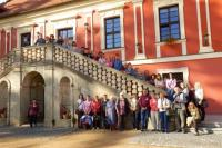 Společné foto na zámeckých schodech v Ostrově, foto: Jan Kolofík