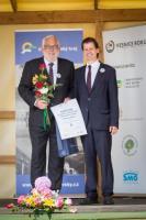 Starosta městyse Křtiny František Novotný (vlevo) přebírá ocenění Vesnice roku 2017 JMK, foto: Ing. Tomáš Srnský