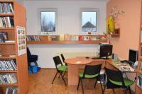 Nový výpůjční pult ,místo s internetem a regál na novinky v Obecní knihovně Kořenec, okres Blansko