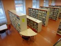Obměna regálů v knihovně