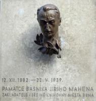 Busta Jiřího Mahena od sochaře Josefa Kubíčka umístěna na budově školy v Solniční ulici, kde našla Veřejná knihovna města Brna své umístění od roku 1939, foto: autor