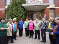 Pěvecký sbor Pastelky - nevidomí před knihovnou