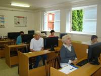 Počítačové vzdělávání seniorů organizuje knihovna ve spolupráci s Klubem aktivních seniorů za velké podpory ze strany základní školy