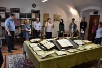 Prohlídka Bašagičovy sbírky islámských rukopisů v Univerzitní knihovně, která je zapsána v registru UNESCO Paměť světa. Zdroj: Oficiální stránky kolokvia: fotogaléria. kolokvium.ulib.sk/fotogaleria-konferencia, DSC_0273