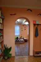Průhled do dětského oddělení knihovny se čtecím pódiem, foto: Hana Matulová