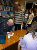 Pan plukovník podepisující památníky