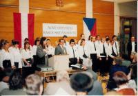 Hanna Vintr, rakouská lektorka, Jaromír Kubíček, ředitel MZK a pěvecký sbor