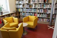 Interiér knihovny - posezení v oddělení pro dospělé