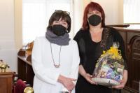 Knihovnická osobnost JMK, zleva paní místostarostka Sylva Chludilová, Mgr. Ilona Salajková