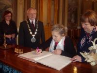 Paní Nepilovou a dr. Ivanu Hutařovou po knihovnickém semináři přijal starosta Uherského Hradiště. Foto: M. Ćápová