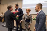 prof. Tomáš Kubíček, ředitel MZK v Brně, gratuluje Zdeňce Komůrkové z Městské knihovny Jevišovice, vlevo pan starosta Mgr. Josef Málek